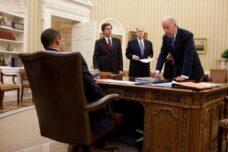 חזרה לסטטוס קוו שהיה לפני ממשל טראמפ תהיה טעות. ג'ו ביידן לצידו של שר החוץ העתידי אנטוני בלינקן (עומד משמאל) בדיון אצל הנשיא אובמה (צילום: הממשל האמריקאי)