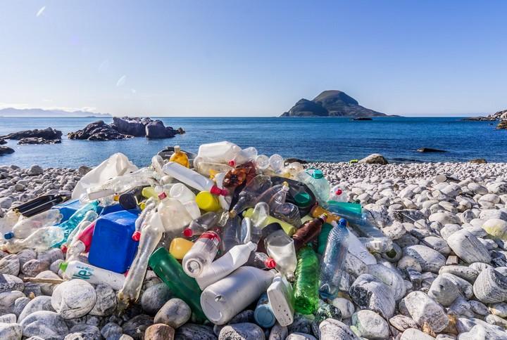 פסולת הפלסטיק הנפוצה ביותר היא שקיות חד פעמיות כמו לקטשופ. פסולת פלסטיק על חוף הים (צילום: בו איידה CC BY NC ND 2.0)