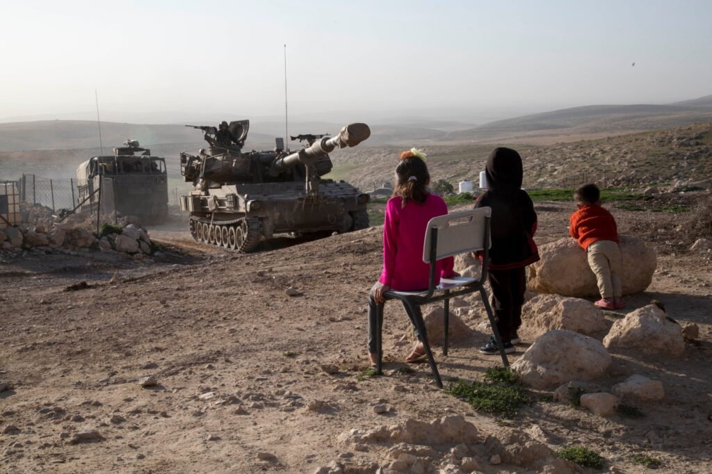הפגז העיר אותנו באמצע הלילה. ילדים בג'ינבה מסתכלים על התרגיל הצבאי (צילום: קרן מנור / אקטיבסטילס)
