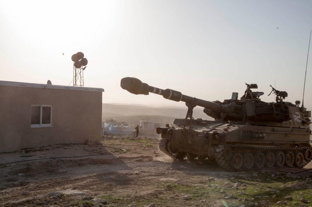 המטרה של התרגיל היתה ברורה: הפגנת נוכחות. טנקים בתוך בתי הכפר ג'ינבה (צילומים: קרן מנור / אקטיבסטילס)