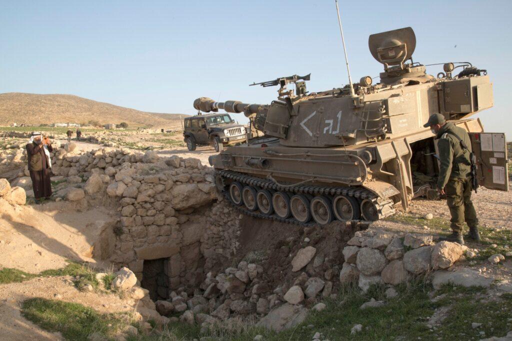 הטנק הפיל אבנים על פתח הבית. טנק בתרגיל בג'ינבה (צילום: קרן מנור / אקטיבסטילס)