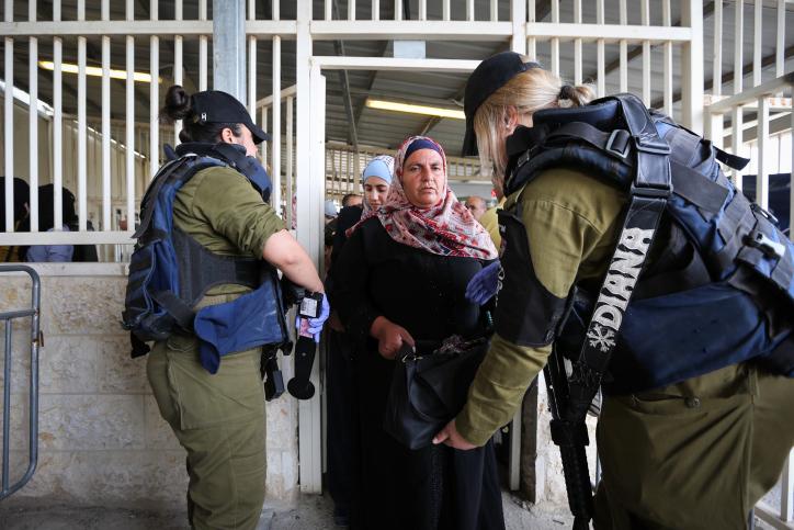 אנחנו לא רגע לפני אפרטהייד, אנחנו כבר שם. חיילים בודקים פלסטינית במחסום בית לחם (צילום: ויסאם השלאמון / פלאש 90)
