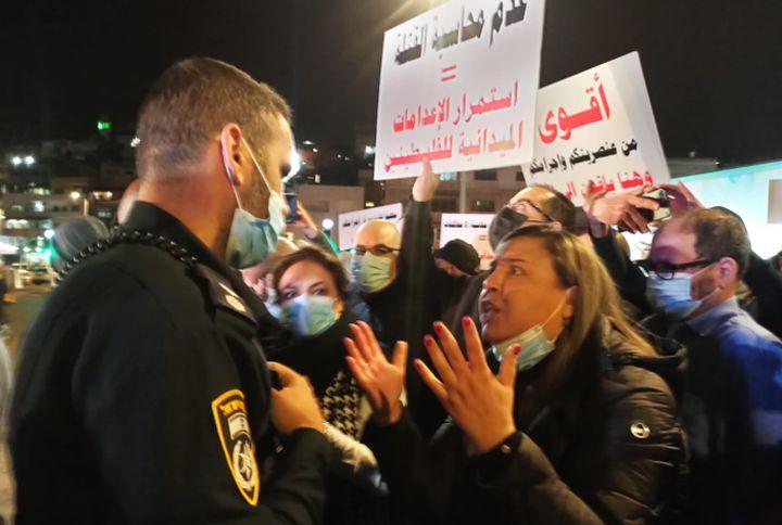 השוטרים מפעילים אלימות. פידאא טבעוני מול שוטרים בהפגנה (צילום: באדיבות מוכמלין נצרת)