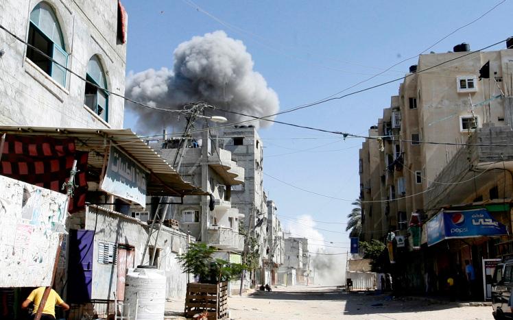 """""""הקוד האתי"""" שאושר בצבא הוביל לפגיעות באזרחים. הפצצה ישראלית ברפיח במבצע צוק איתן באוגוסט 2014 (צילום: עבד רחים ח'טיב / פלאש 90)"""