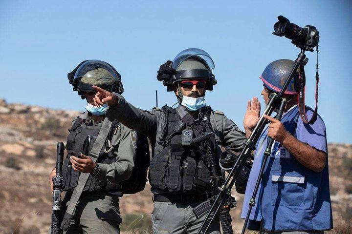 ישראל היא הדמוקרטיה המערבית היחידה המחייבת הגשת ידיעות לצנזורה. חיילים מפנים צלם פלסטיני במסיק זיתים בבורקא (צילום: אורן זיו)