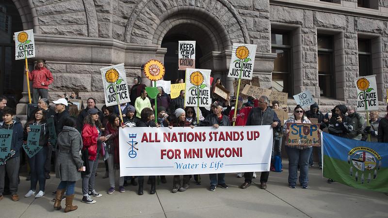 מחאה של קהילות ילידיות נגד תוכנית צינור הנפט של דקוטה, אוקטובר 2016 (Fibonacci Blue פליקר)