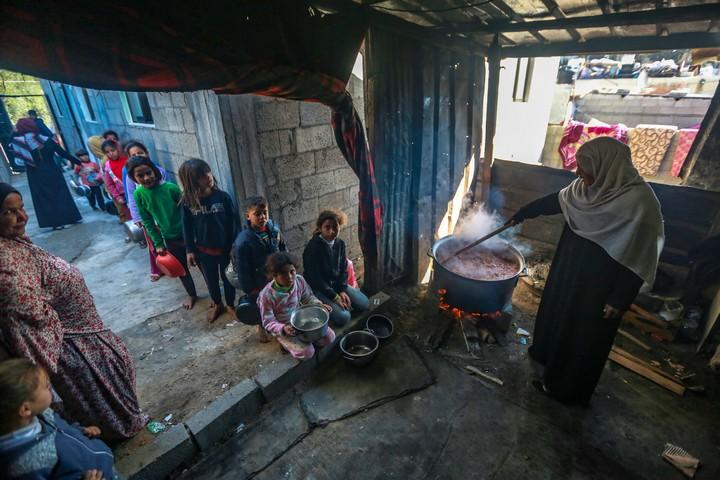 ילדים מחכים בתור לקבל אוכל בשכונת זייתון בעזה (צילום: מוחמד זאנון / אקטיבסטילס)