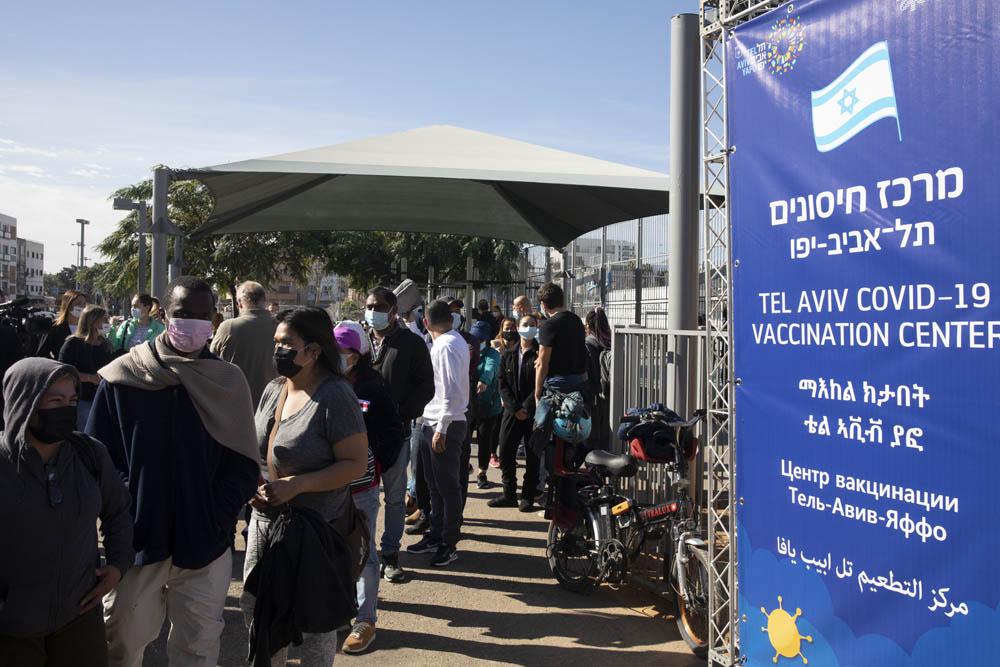 מתחם חיסונים בדרום תל אביב המיועד למבקשי מקלט, מהגרי עבודה וחסרי מעמד (צילום: אורן זיו)