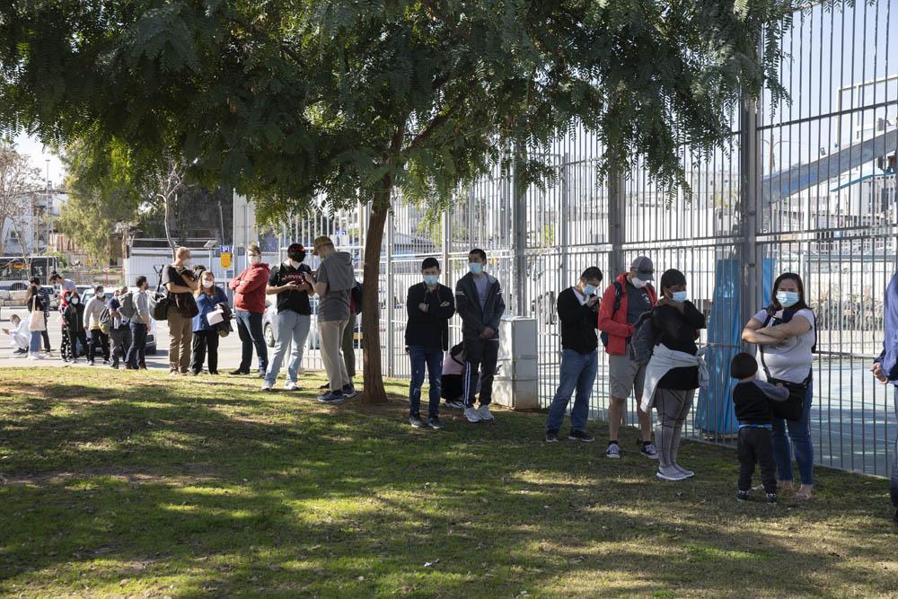 המצב הכלכלי הולך ומידרדר. תור מחוץ למתחם חיסונים בדרום תל אביב המיועד למבקשי מקלט, מהגרי עבודה וחסרי מעמד (צילום: אורן זיו)