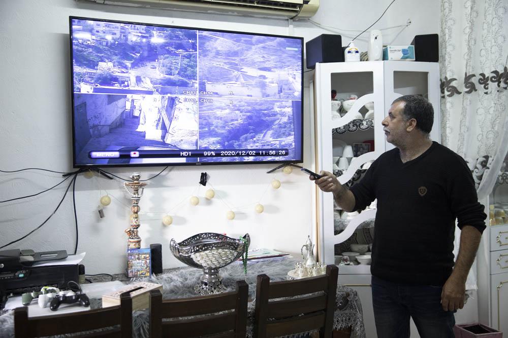 קרוב לעשרים מצלמות אבטחה מוצבות מסביב לבית ומתעדות את סביבתן 24 שעות ביממה. זוהיר רג׳בי בביתו בסילוואן (צילום: אורן זיו)