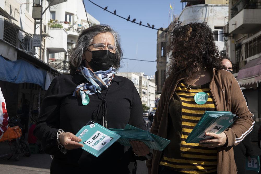 חברת הכנסת עאידה תומא סלימאן (הרשימה המשותפת) בסיור בחירות עם פעילי חד״ש בשוק לוינסקי בתל אביב, 25 בפברואר 2021 (צילום: אורן זיו)