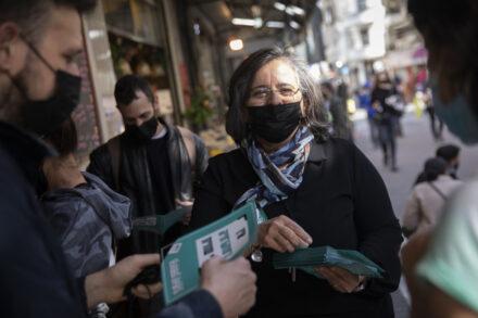 חברת הכנסת עאידה תומא סלימאן בסיור בחירות עם פעילי חד״ש בשוק לוינסקי בתל אביב, 25 בפברואר 2021 (צילום: אורן זיו)