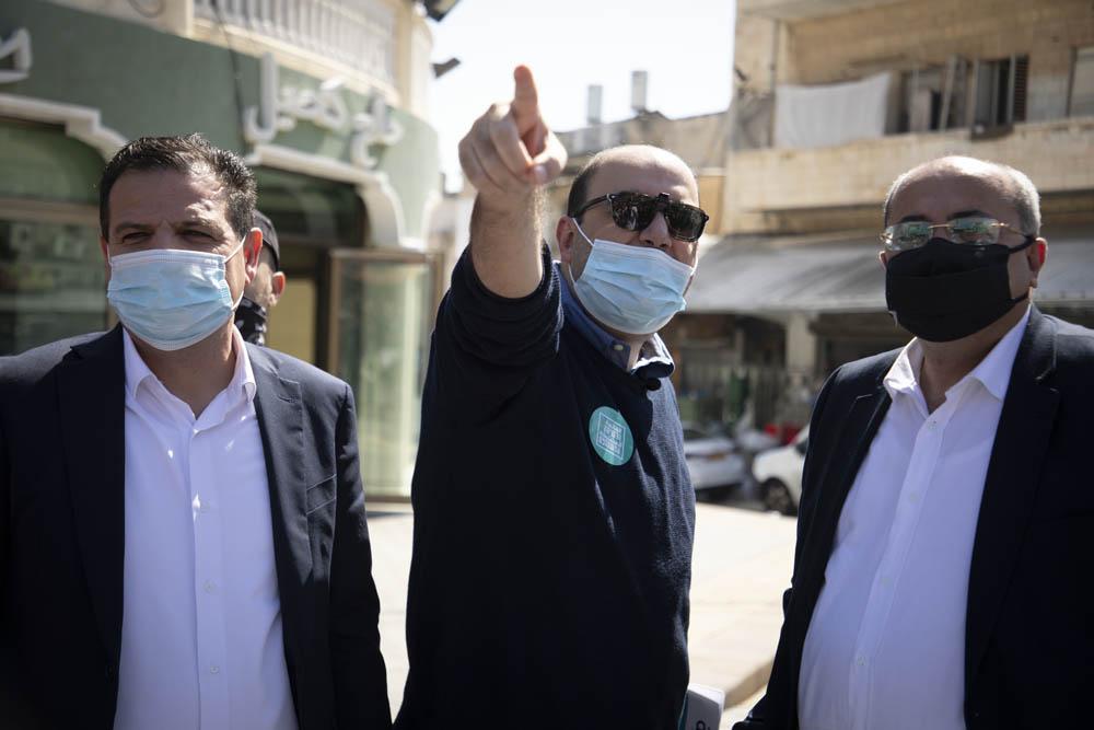 חברי הכנסת איימן עודה, סאמי אבו שחאדה ואחמד טיבי בסיור בחירות של הרשימה המשותפת ביפו, פברואר 2021 (צילום: אורן זיו)