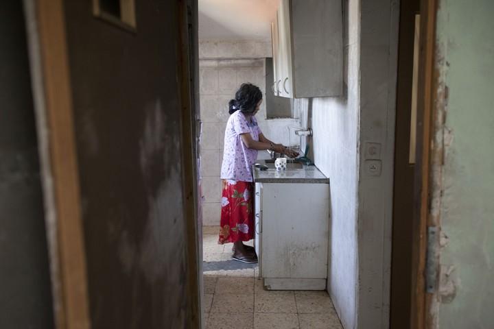 מהגרת מהאפריקה בדירה בירושלים. למצולמת אין קשר לכתבה (צילום: יונתן זינדל / פלאש90)