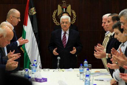 """נשיא הרשות הפלסטינית, מחמוד עבאס, בפגישה של הוועדה המבצעת של אש""""ף ברמאללה, ב-22 באוגוסט 2015 (צילום: פלאש90)"""