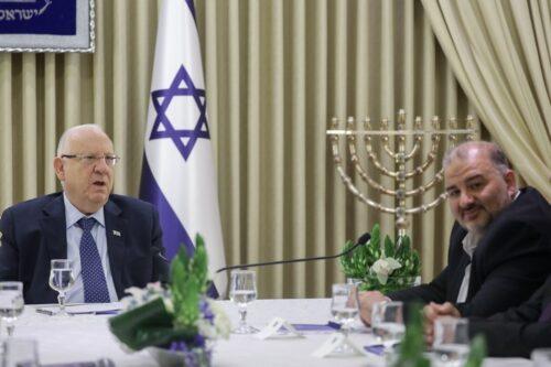 """יו""""ר רע""""מ מנסור עבאס נפגש עם הנשיא ראובן ריבלין בבית הנשיא בירושלים, ב-16 באפריל 2019 (צילום: נעם ריבקין פנטון / פלאש90)"""