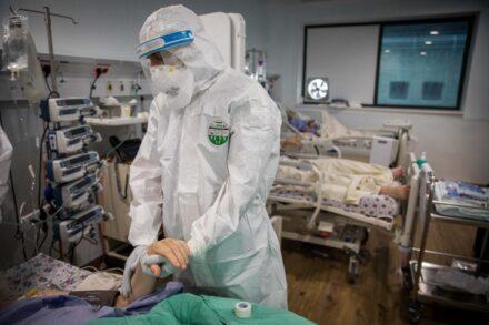 רופא מטפל בחולה קורונה במרכז הרפואי מעייני הישועה (צילום: נתי שוחט / פלאש90)