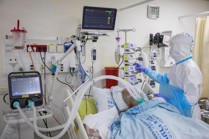 מחלקת קורונה בבית החולים שערי צדק בירושלים, ב-27 בינואר 2021 (צילום: אוליבייה פיטוסי / פלאש90)
