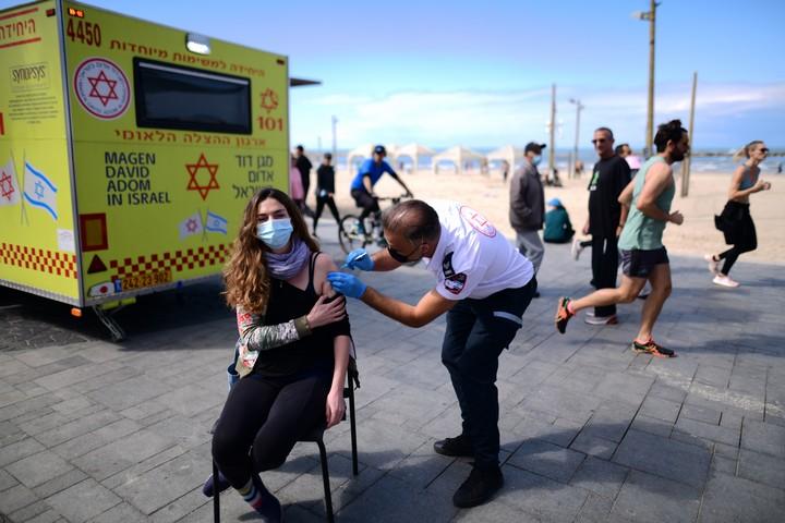 """ניידת חיסונים של מד""""א בטיילת בתל אביב, ב-20 בפברואר 2021 (צילום: תומר נויברג / פלאש90)"""