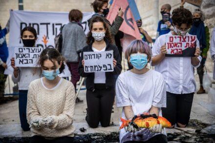 פעילי סביבה מפגינים מול בית המשפט העליון בירושלים בעקבות אסון הנפט בחופי ישראל, ב-23 בפברואר 2021 (צילום: יונתן זינדל / פלאש90)