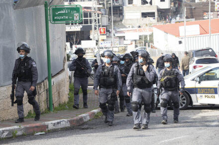 """שוטרי יס""""מ ליד תחנת המשטרה באום אל פחם, במהלך הפגנה נגד הפשיעה המאורגנת בחברה הערבית, ב-5 בפברואר 2021 (צילום: אורן זיו)"""