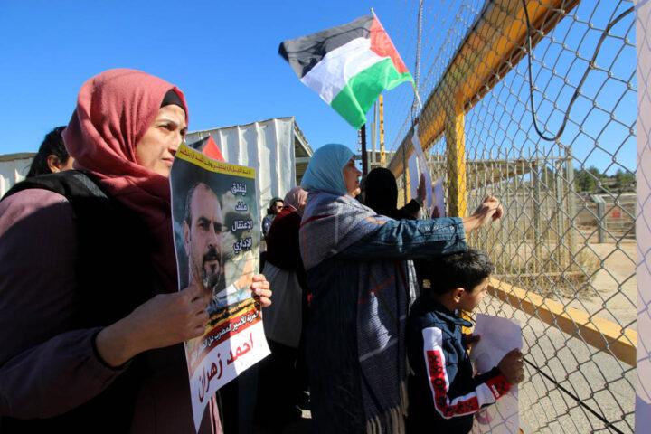 משפחות אסירים מפגינות מחוץ לכלא עופר שבגדה המערבית, בדצמבר 2019 (צילום: אחמד אל-באז / אקטיבסטילס)