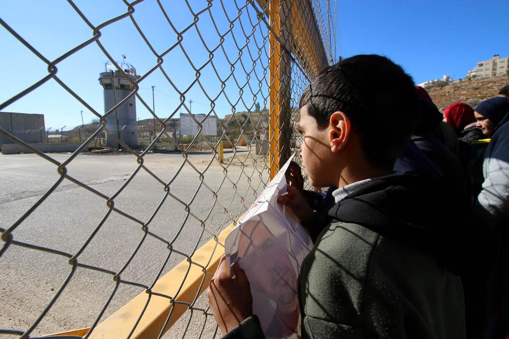 משפחות אסירים מפגינים מחוץ לכלא עופר שבגדה המערבית. דצמבר 2019 (צילום: אחמד אל-באז/ אקטיבסטילס)