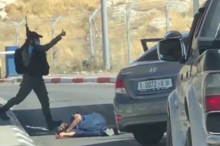 אחמד עריקאת שוכב על הקרקע אחרי הירי בו (צילום מסך מתוך התחקיר של Forensic Architecture)
