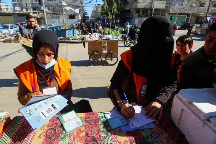 רבים ממארגני צעדת השיבה רצים בבחירות לפרלמנט הפלסטיני. הרשמה של בוחרות ברצועת עזה (צילום: עבד רחים ח'טיב / פלאש 90)