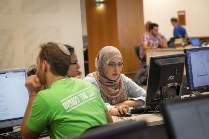 שיעור הסטודנטים הערבים כמעט חופף היום לשיעורם בכלל האוכלוסייה. סטודנטים באוניברסיטה העברית (צילום: מרים אלסטר / פלאש 90)