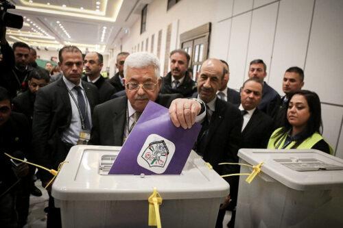"""מנצל את כוחו כדי למנוע רפורמה באש""""ף. הנשיא הפלסטיני מחמוד עבאס מצביע בבחירות בפתח ב-2016 ברמאללה (צילום: פלאש 90)"""