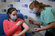 ישראל מסרבת ליישם את החלטה 1325 האמורה לשתף נשים בהחלטות במצבי חירום. אחות מעניקה חיסון למורה בבאר יעקב (צילום: אבי דישי / פלאש 90)