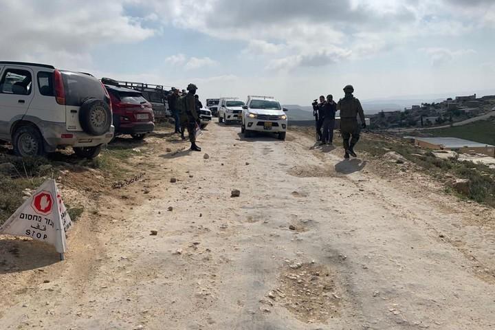 מחסום של הצבא, בדרך למבצע הרס בדרום הר חברון, ב-2 במרץ 2021 (צילום: באסל אל-עדרה)