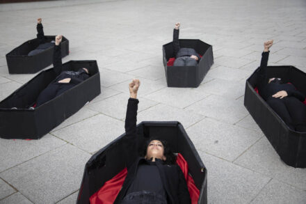 מיצג מחאה נגד רצח נשים לקראת יום האישה הבינלאומי, תל אביב, 7 במרץ 2021 (צילום: אורן זיו)