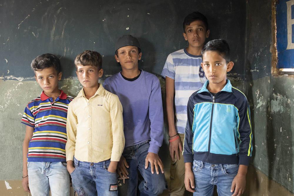 ג'בר (13), זיד (12), עומר (10), יאסין וסאקר (8), שנעצרו בדרום הר חברון לאחר שיצאו לקטוף עכוב, בביתם בכפר אום לספא (צילום: אורן זיו)