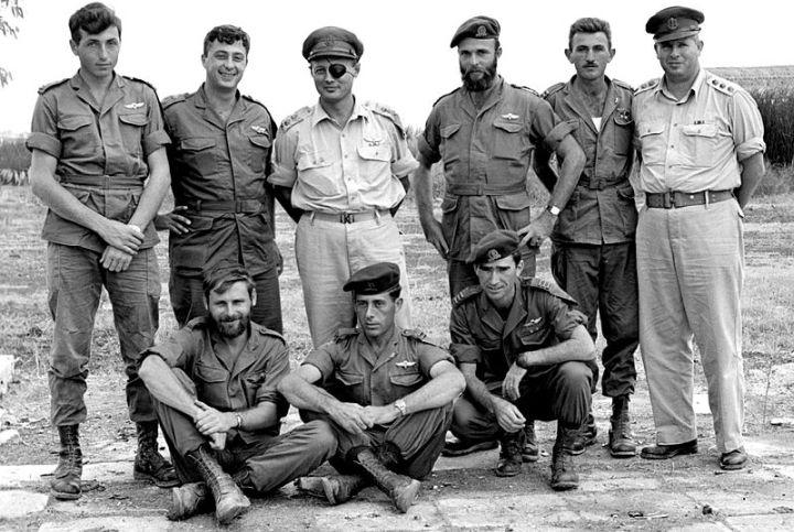 """משה דיין עם מפקדי יחידה 101 אחרי """"פעולת תגמול"""" בכונתילה ב-1955. בן גוריון התכחש לאחריות צה""""ל"""