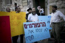 הפגנה מול משרדי הרבנות בירושלים, ב-20 בנובמבר 2016 (צילום: יונתן זינדל / פלאש90)
