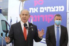 ראש הממשלה, בנימין נתניהו, ושר הבריאות, יולי אדלשטיין, במרכז חיסונים של מכבי בתל אביב, ב-13 בדצמבר 2020 (צילום: מרק ישראל סלם)