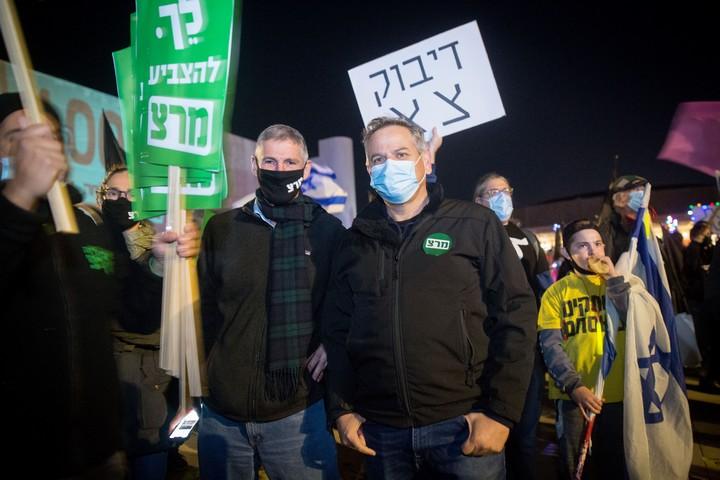 """""""קול בטוח נגד נתניהו"""" המקוריים. ניצן הורוביץ ויאיר גולן בהפגנה נגד נתניהו, כיכר הבימה, 30 בינואר 2021 (מרים אלסטר / פלאש 90)"""