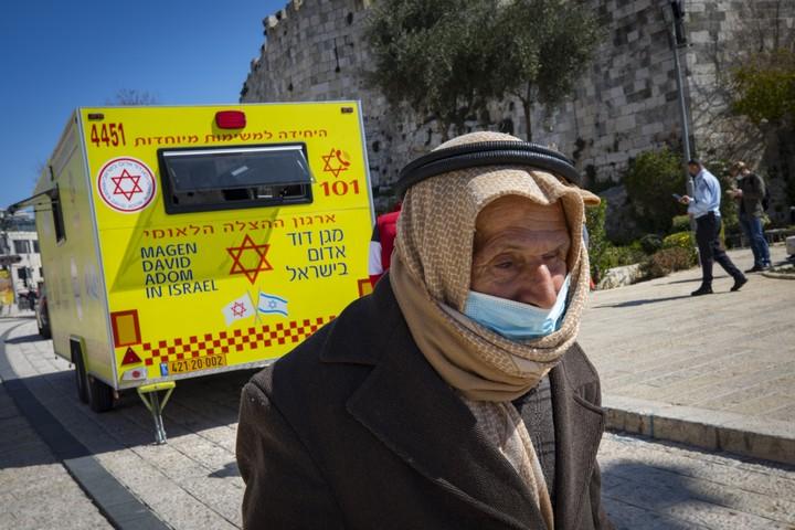 """תושב מזרח ירושלים ליד ניידת חיסונים של מד""""א בשער שכם בעיר העתיקה, ב-26 בפברואר 2021 (צילום: אוליבייה פיטוסי / פלאש90)"""