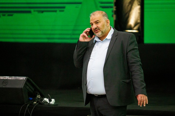 """יו""""ר מפלגת רע""""ם מנסור עבאס במטה המפלגה בטמרה בליל הבחירות, ב-23 במרץ 2021 (צילום: פלאש90)"""