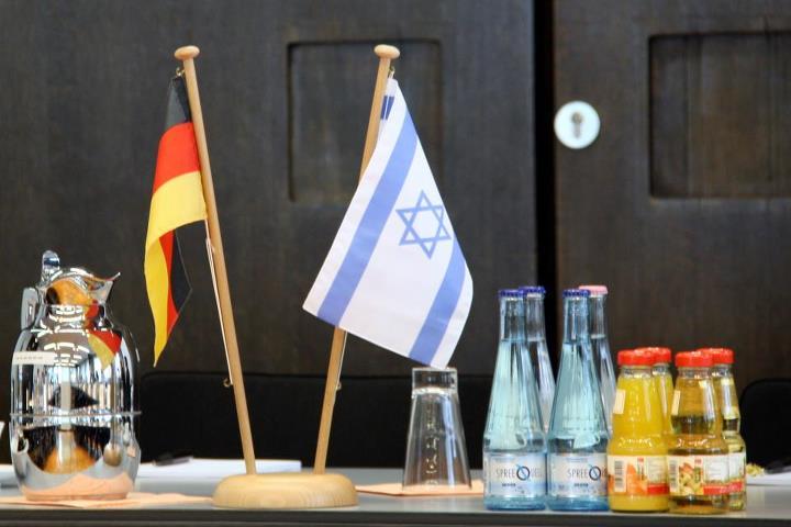 דגלי ישראל וגרמניה, פגישה במשרד התעשייה, המסחר והעבודה, ב-2012 (צילום: Dovermoital, CC BY-SA 3.0)