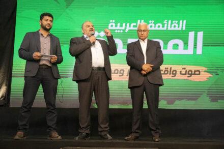 """""""סומכים על מאזן גנאים"""". מאזן גנאים עם מנסור עבאס במטה הבחירות של רע״מ בטמרה בליל הבחירות (צילום: אורן זיו)"""