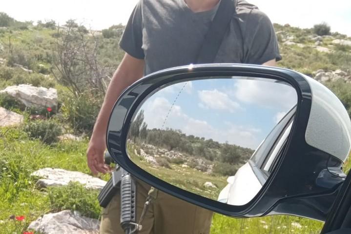 מתנחל חמוש מבקש מתחקירנית יש דין תעודת זהות, ב-25 בפברואר 2020 (צילום: ניג'מה חג'אזי)