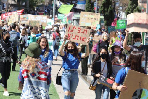 """בני נוער הפגינו למען האקלים: """"האחריות מוטלת עליכם"""""""