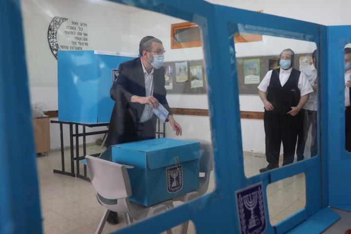 """ח""""כ משה גפני מצביע בבני ברק, ב-23 במרץ 2021 (צילום: אורן זיו)"""