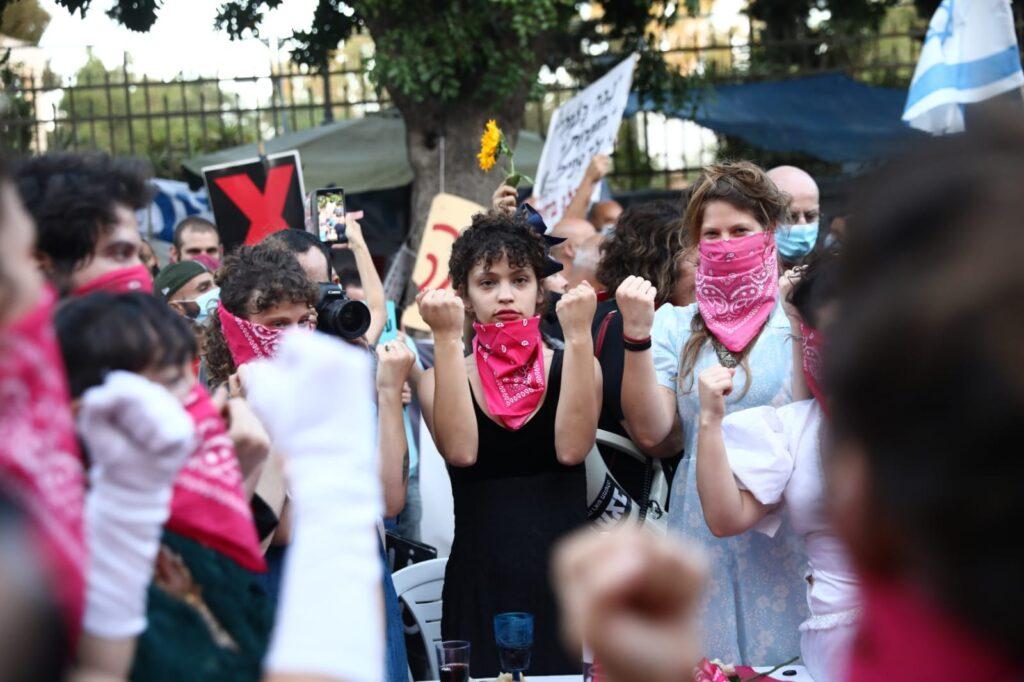 הצעירים בבלפור חורגים מהמסר של הבייס הוותיק שאומר: גנבו לנו את המדינה. מפגינות בבלפור (צילום: אורן זיו)