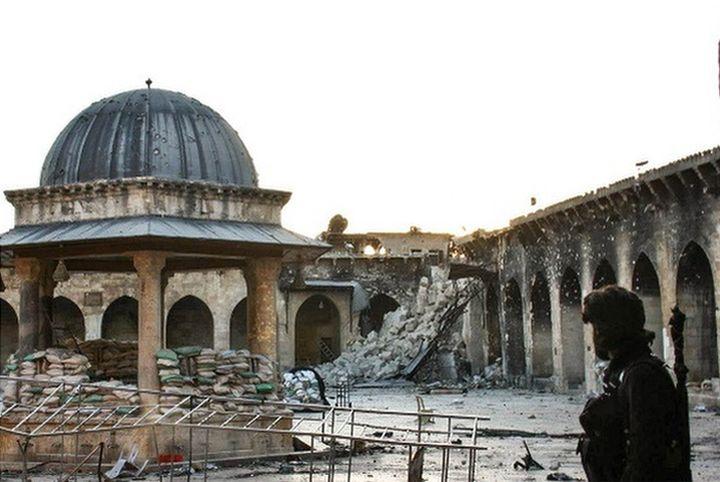 אנשים היו מגיעים למסגדים כדי לצאת מהם להפגנות. מסגד אומאיייד ההרוס בחלב (צילום: גבריאל פנגי, ויסאם ואחבח, ויקימדיה)