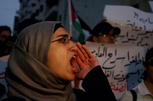 """""""הכי רע הוא להחמיץ את ההזדמנות לשנות"""". פלסטינית מפגינה נגד כוחות הביטחון הפלסטיניים ברמאללה (צילום: עיסאם רינאווי / פלאש 90)"""