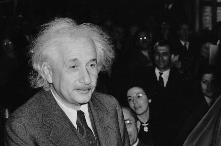 אלברט איינשטיין במעמד קבלת האזרחות האמריקאית (צילום: ויקימדיה)